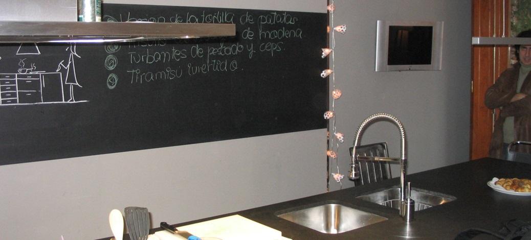 Cocina blanca con isla y columnas | Rehabitat Interiores