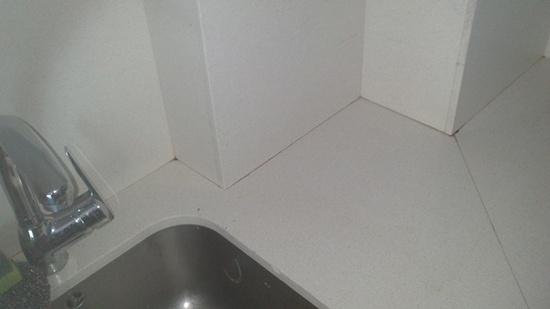 Silestone con las juntas sucias en la cocina